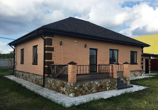одноэтажный дом из кирпича с террасой