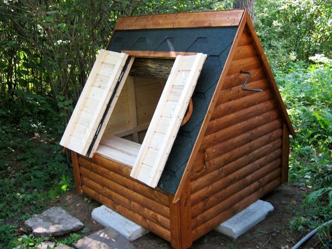 дверцы на скате крыши домика для колодца