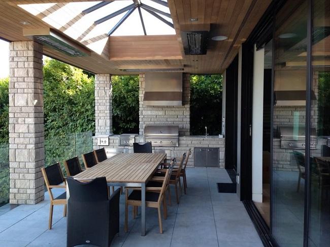 летняя кухня на террасе под одной крышей