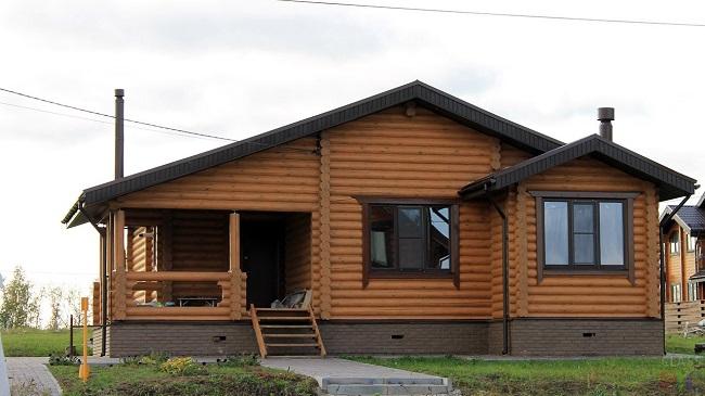 одноэтажный дом из оцилиндрованного бревна с террасой