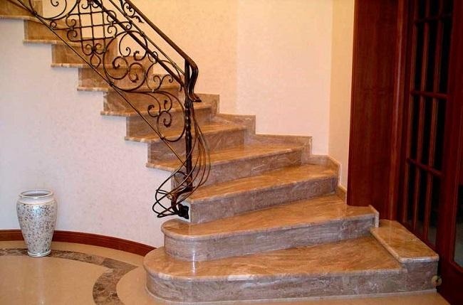 лестница из гранита на второй этаж частного дома