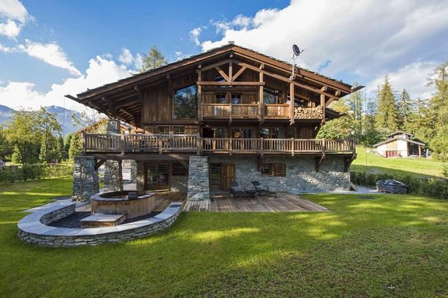 дом в стиле шале с большим балконом