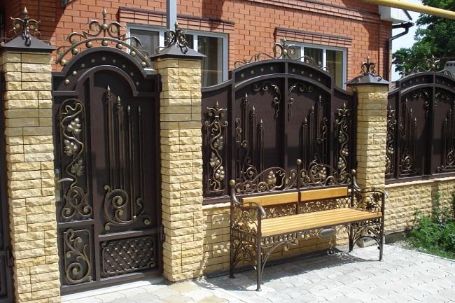 красивые кованые заборы для частного дома
