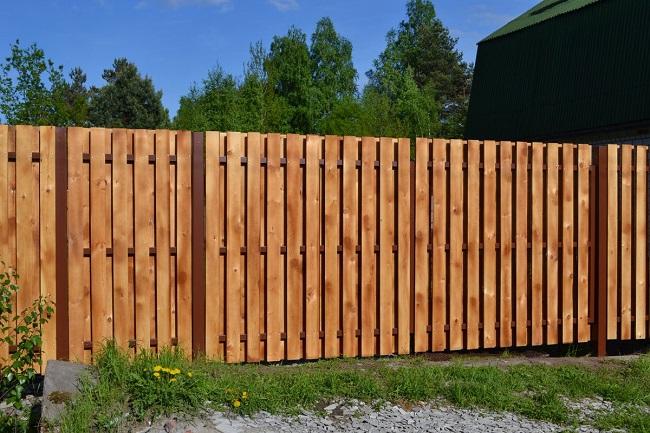 забор из доски с двухсторонней набивкой