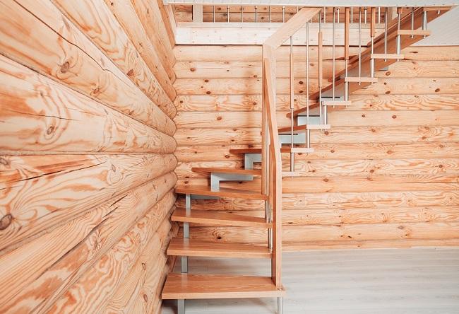 лестница на второй этаж в срубе