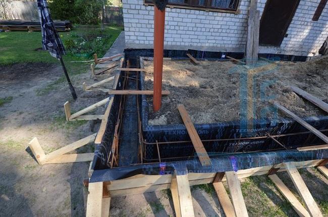 пристройка к дому с замкнутым фундаментом к дому