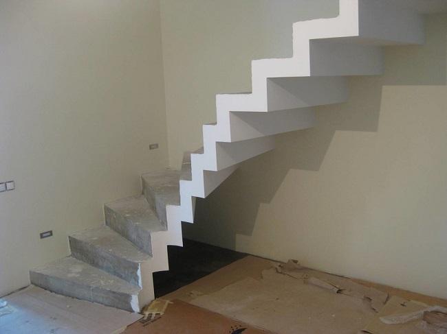 бетонная лестница на второй этаж частного дома
