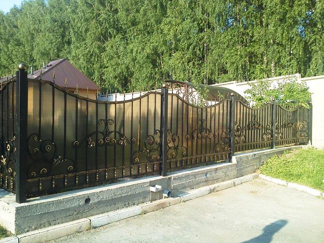 кованый забор из поликарбоната кованый для частного дома