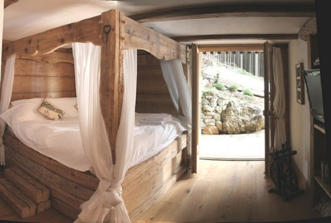 Кровать с балдахином в спальне Шале