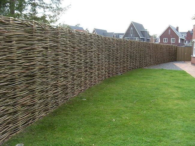 забор плетенка из веток для частного дома