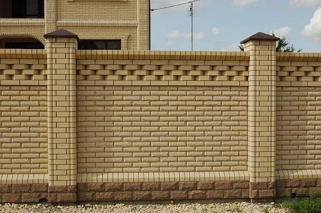 забор из желтого кирпича для частного дома