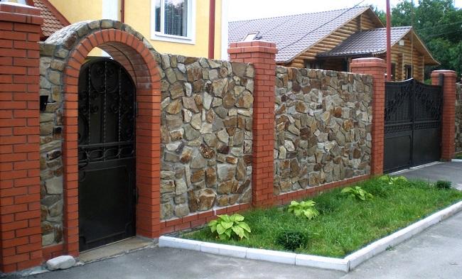 заборы для частного дома из кирпича и камня