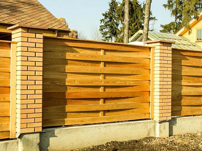 забор из доски и кирпича