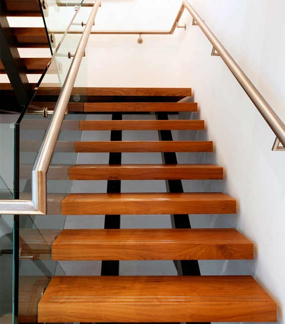 Лестница на металлическом каркасе на косоурах