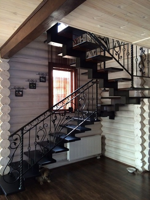 металлическая лестница на второй этаж с кованными перилами