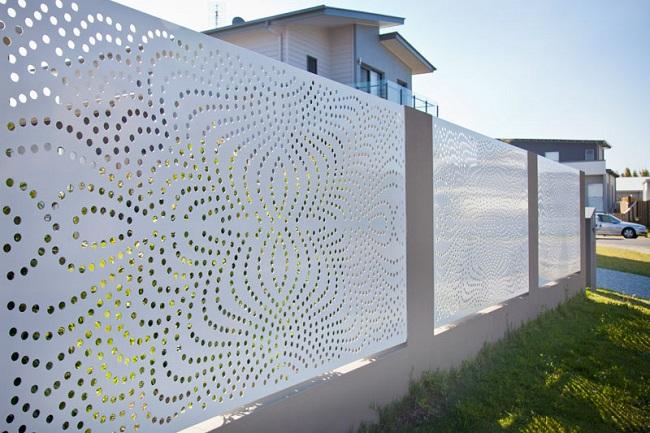 перфорированный забор для частного дома