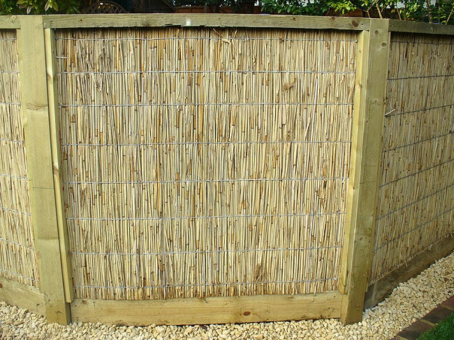 забор из тростника для частного дома