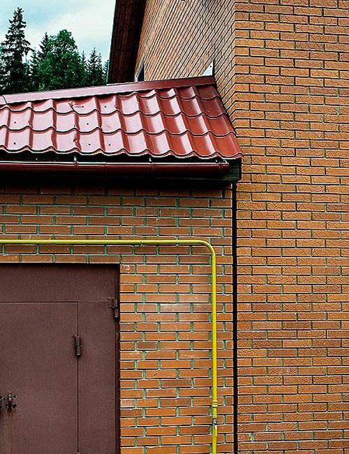 деформационный шов между кирпичным пристроем и кирпичным домом