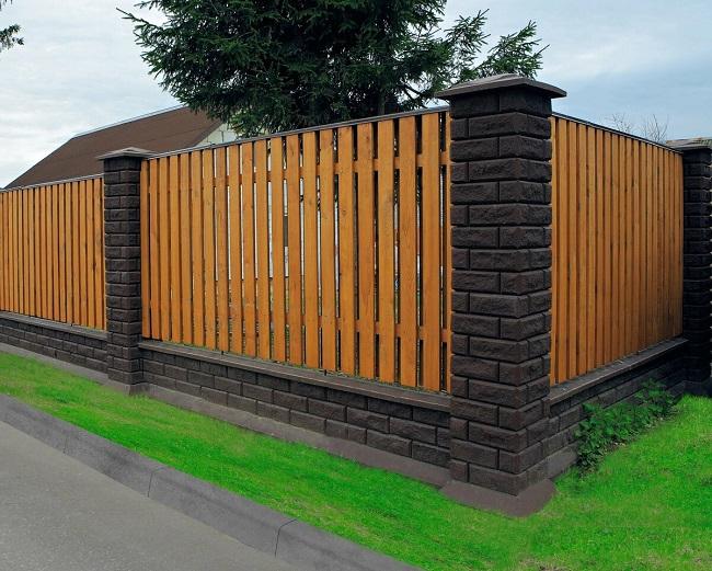 забор из деревянного штакетника и кирпича