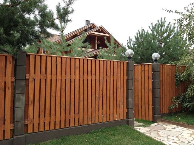забор из деревянного штакетника для частного дома