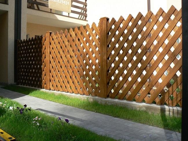 забор из реек по диагонали для частного дома