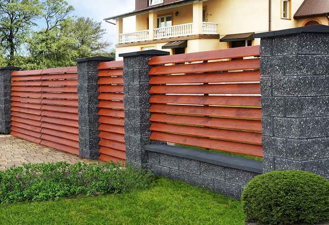 забор жалюзи из дерева для частного дома