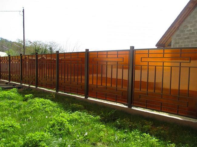 забор из темного поликарбоната для частного дома