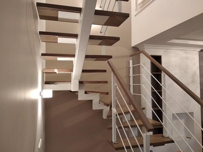 лестница на второй этаж на одном косоуре из металла