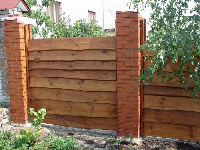 забор из необрезных досок для частного дома