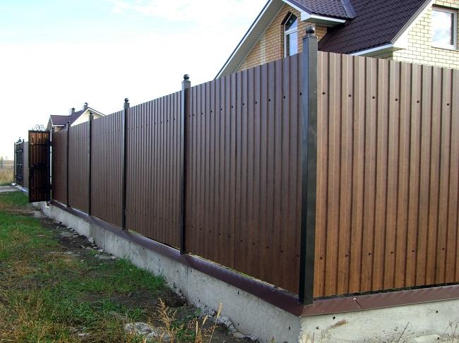 забор из профнастила для частного дома