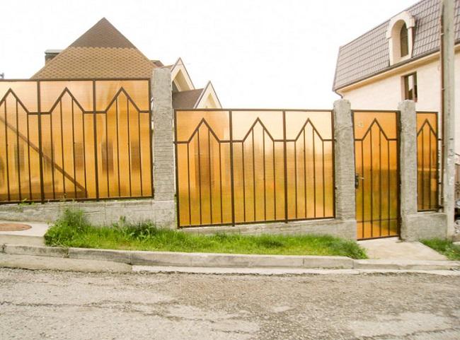 забор из поликарбоната для частного дома