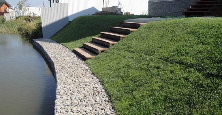 укрепление склона и откосов на участке