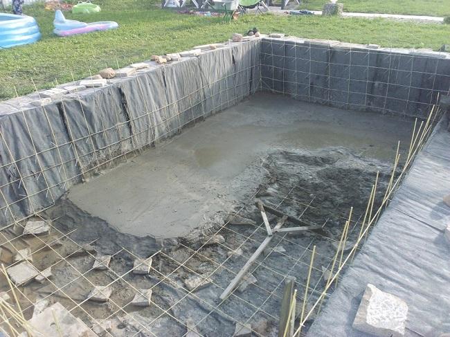 заливка днища бассейна