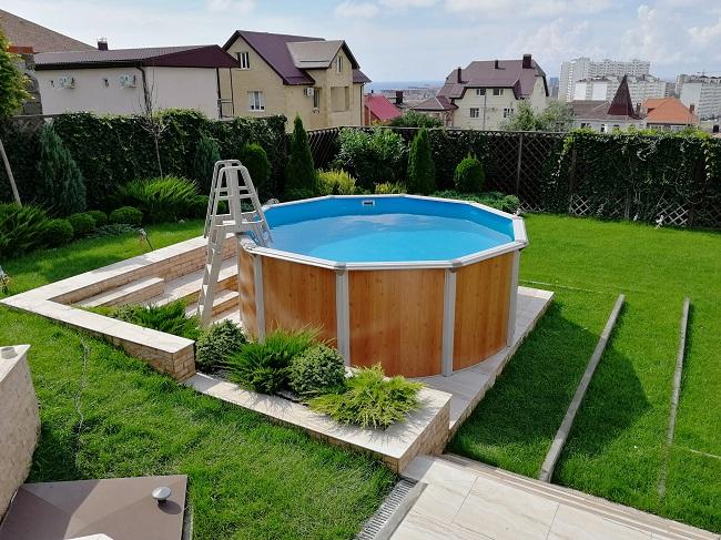 каркасный бассейн на участке загородного дома