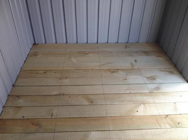 деревянный пол в сарае из профнастила