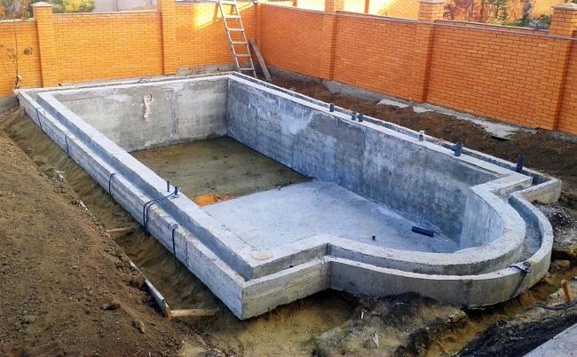 монолитный бассейн на участке