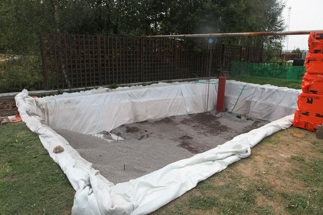 засыпка гравийной подушки под бассейн
