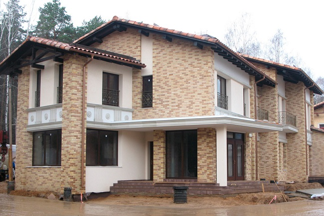 отделка фасада дома декоративным камнем
