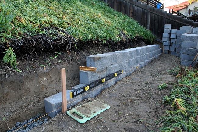 монтаж блоков для подпорной стенки