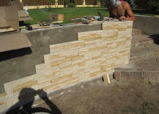 отделка бетонной подпорной стенки