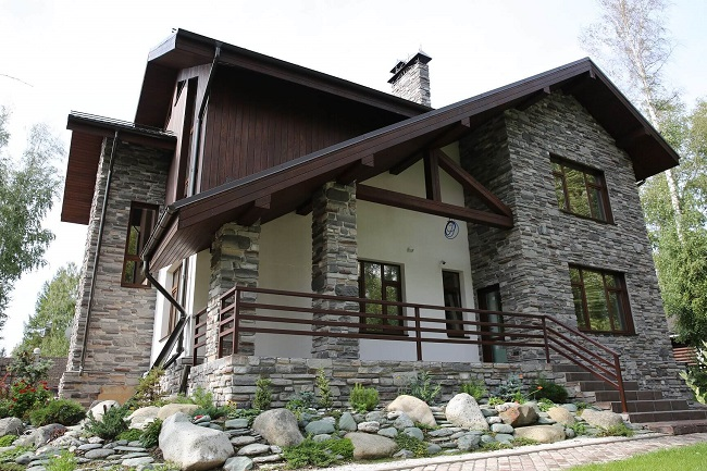 комбинированный фасад камень штукатурка дерево