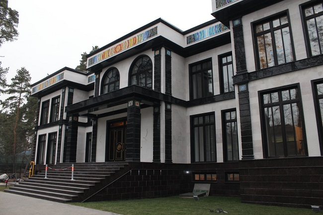 фасад дома из черного гранита