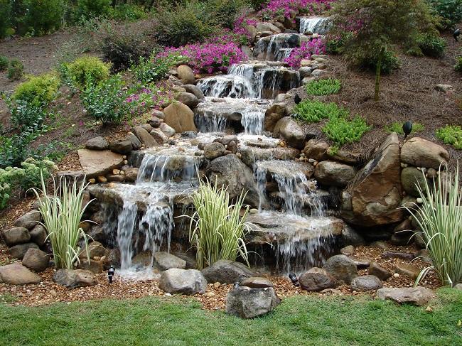 каскад водопадов из ручья