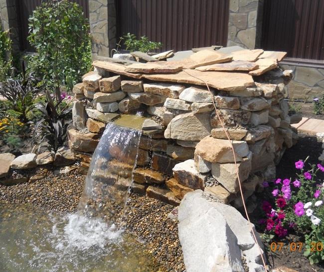 мини водопад на участке загородного дома