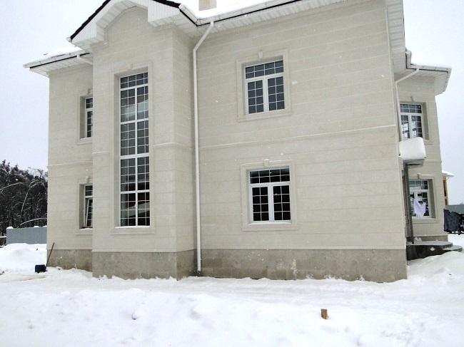 фасад дома из белого известняка