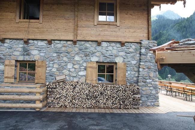 цоколь древянного дома натуральным камнем