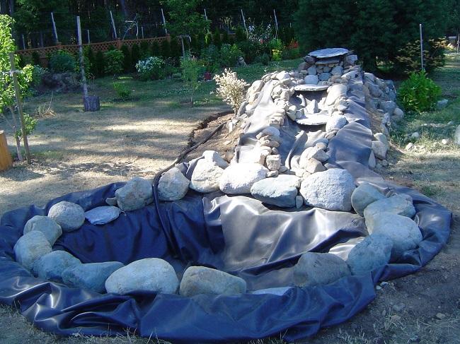 укладка камней под водопад на пленку