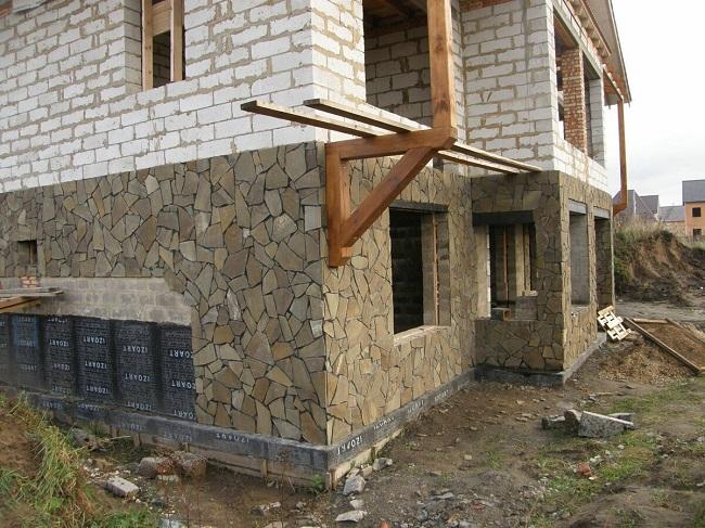 отделка фасада газобетонного дома камнем