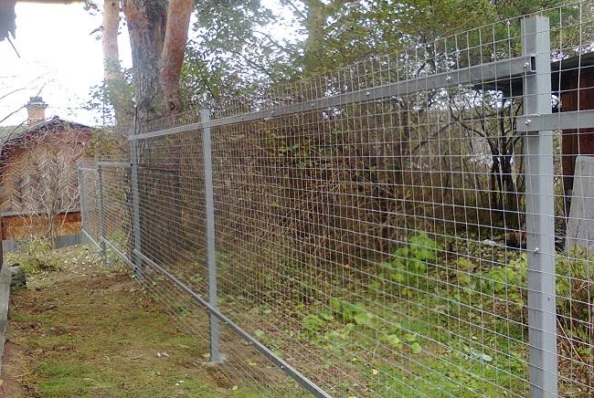 забор из оцинкованной сетки на дачу