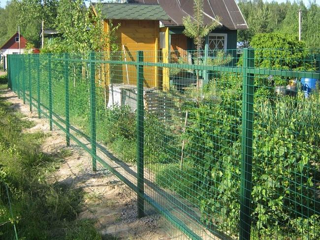 забор из рулонной сетки на даче
